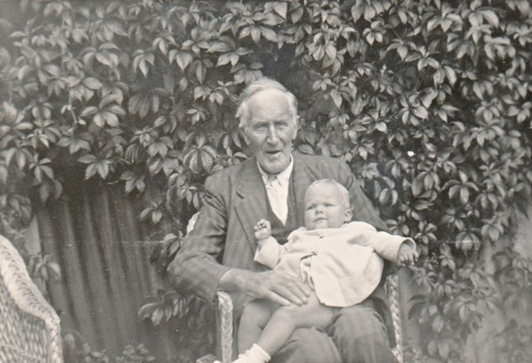 Johannes Wilhelmus van Klaarwater met kleinkind