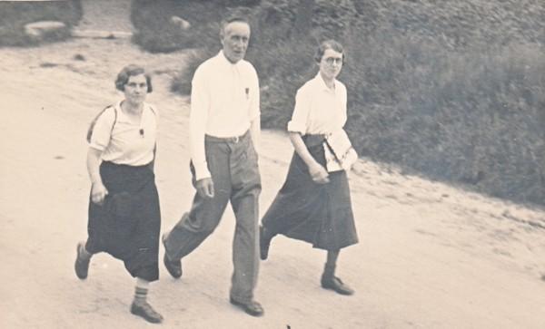 Johannes Wilhelmus van Klaarwater met twee dames