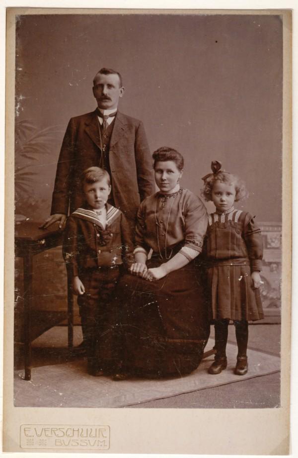 Jacobus Petrus van Ommen en Aukje Bouma met kinderen Cornelis en Geertje