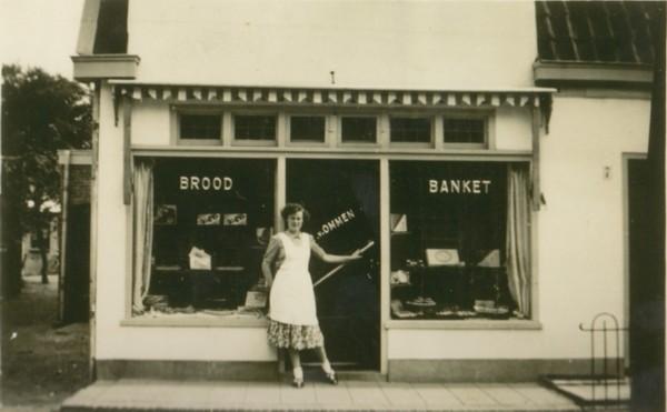 Maria Anna van Ommen voor bakkerij Van Ommen in de Noorderstraat