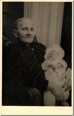 Harmina Kleinburink en kleindochter Hellen van Otterlo
