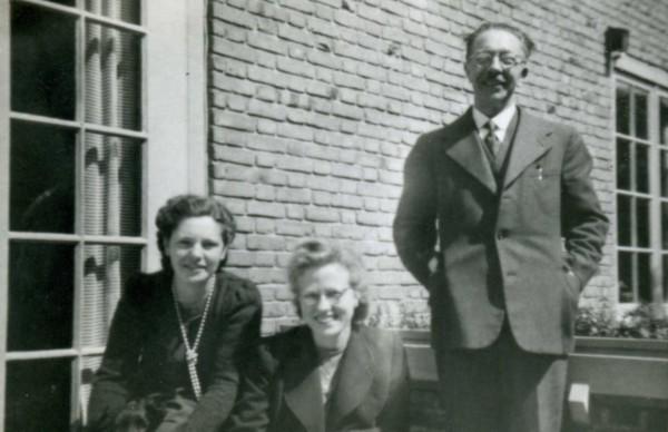 Mevr. Van de Riet, Johanna Wilhelmina Akkerman en Nn van de Riet