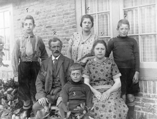 Gijsbertus van de Hoef en Johanna Versteeg met kinderen