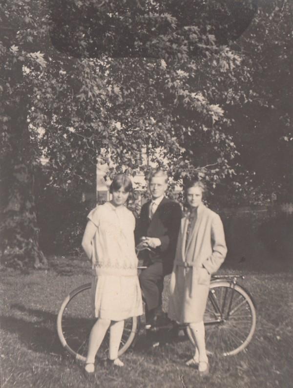 Bouke Simon Boelens met twee onbekende dames
