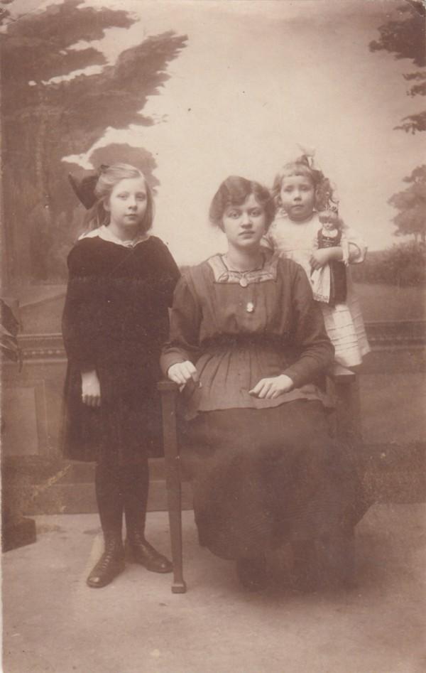 Annie La Croute, Katharina Edewardina Krijgsman en Juliana Koning