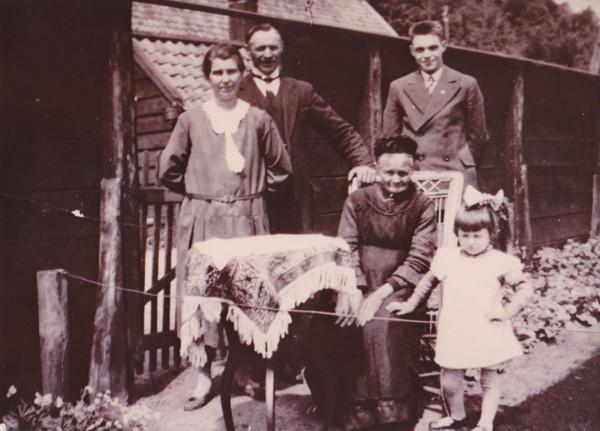 Harmina Dieffenbach en Jan Mooij, moeder Carolina Carbet Jan Mooij jr en Lien Mooij