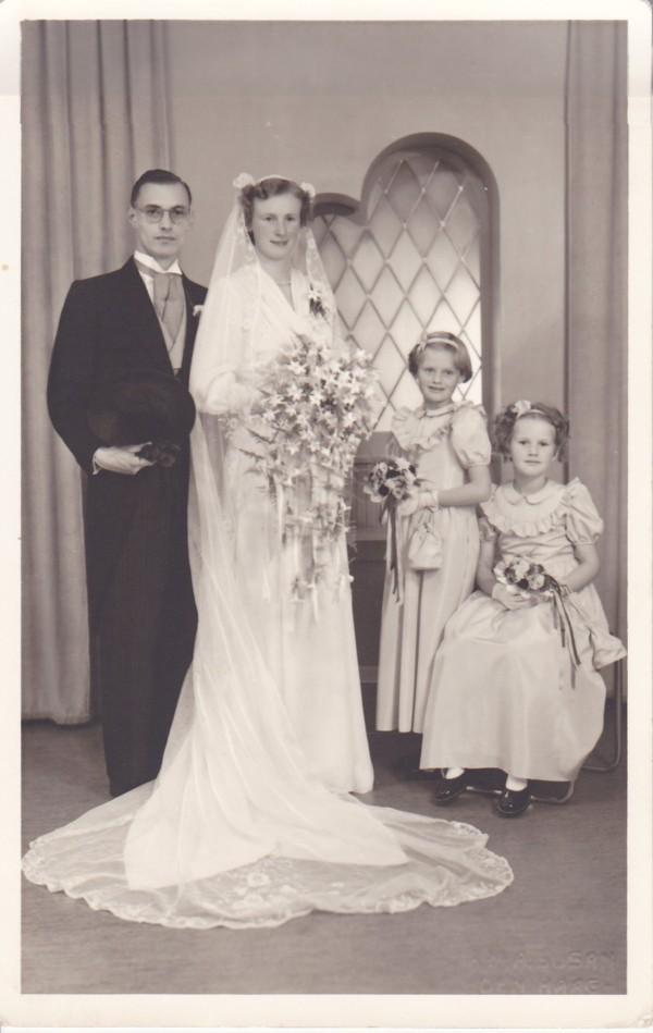 Jacob Mooij en Gijsbertha Maria Doorn met twee bruidsmeisjes