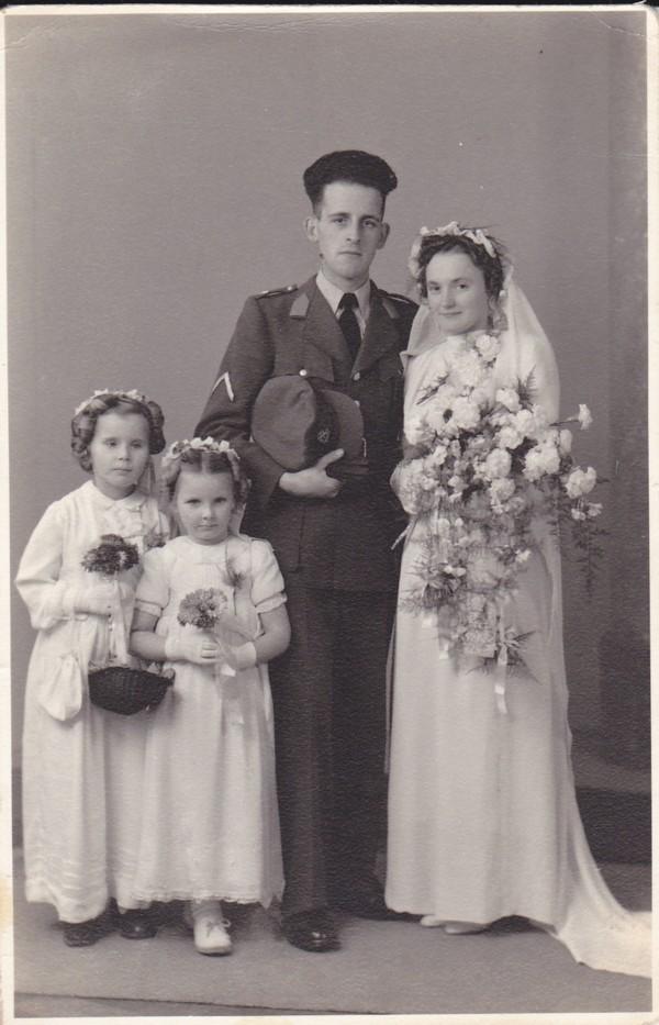 Arie de Waard en Lambertha Mooij met twee bruidsmeisjes