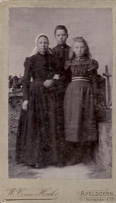 Hendrikje van Grootheest met twee onbekende meisjes