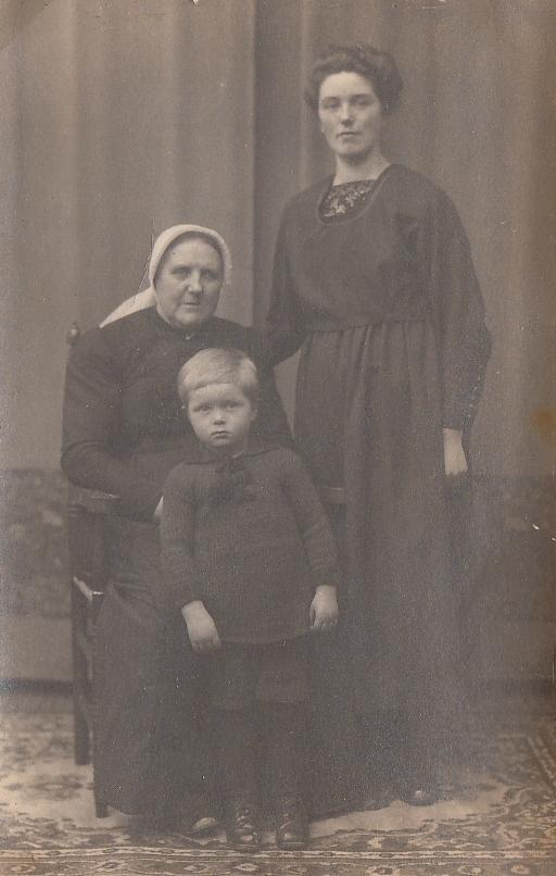 Foto  Adriaantje de Wit (waarschijnlijk), Anna ter Burg en Christiaan Theodorus Scholten