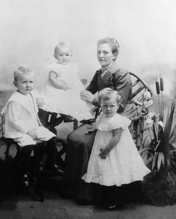 Sophia Buitink met kinderen Herman, Alida en Susanna van Dijk