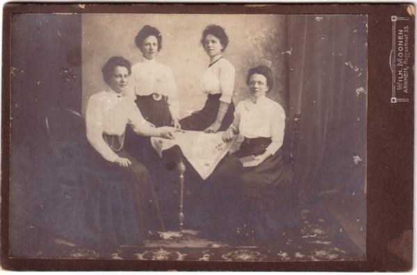 Foto  Cornelia, Maria Cornelia, Maaike en Francina Maria Snijder