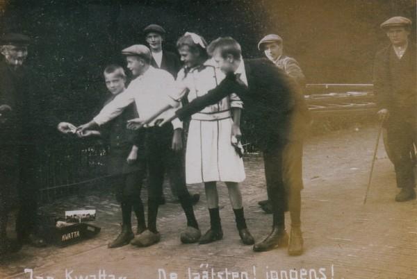 Foto  Jan Ruijer met een groep kinderen