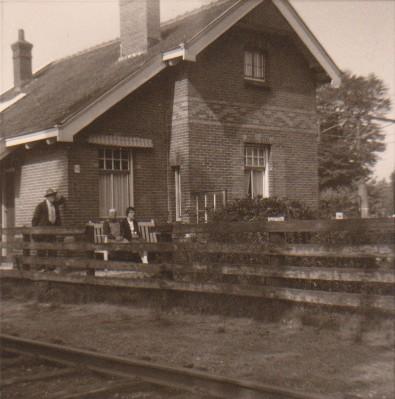 Foto  Huisje aan het spoor bij de Torenlaan