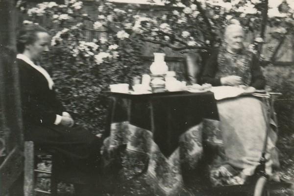 Aaltje Oosterbroek met moeder Adriana de Winter