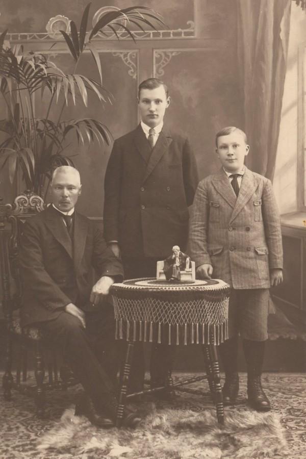 Jan Oosterbroek met zoons Ary Johannes Oosterbroek en Johannes Oosterbroek
