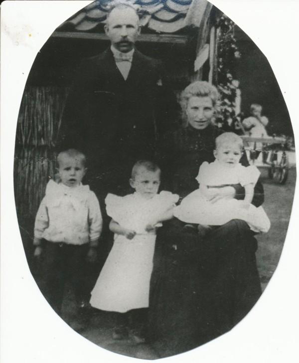 Gerard van Vliet en Jannetje van Logchem met hun kinderen