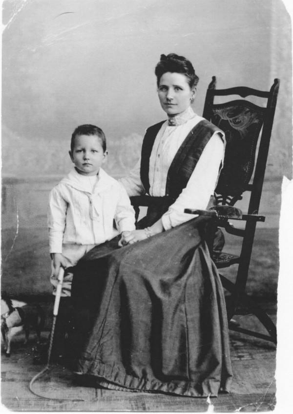 Hendrika Marianne Bon en haar zoon Frederik Christiaan Philips