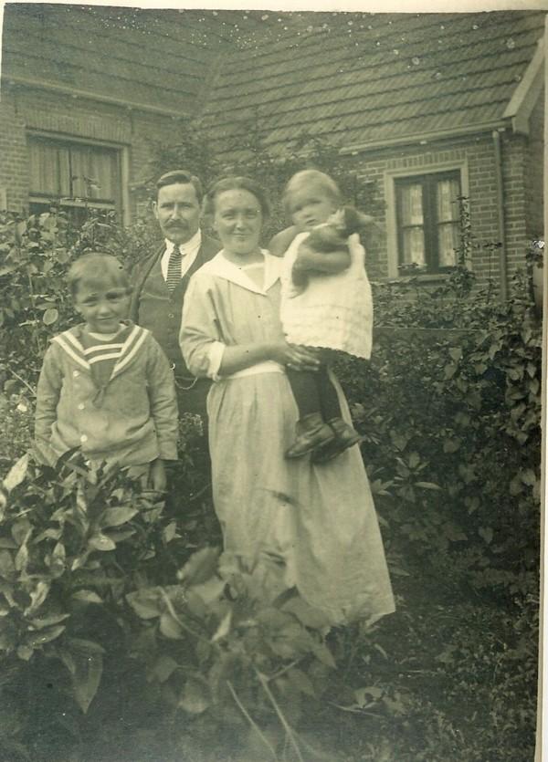 Jan Hendrik Willem Bon en Geertje Noltes met kinderen