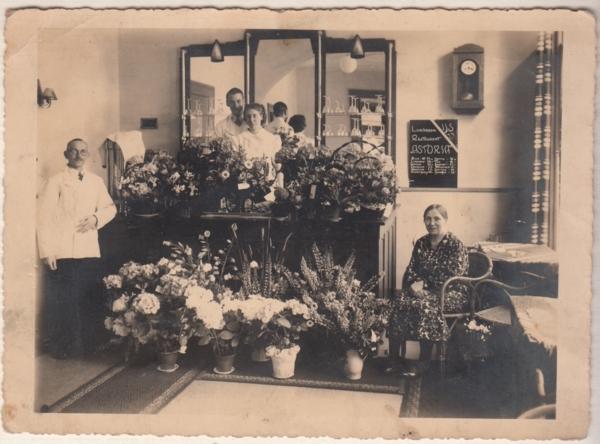 Marinus van Oostveen en Johanna Allegonda Segenhout met kinderen