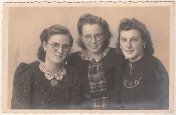 Foto  Hendrika Richarda Hilhorst, Johanna Hilhorst en Maria Everdina Hilhorst