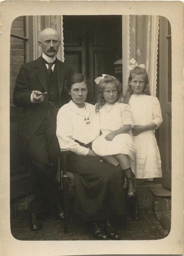 Gerrit van den Broek en Hendrika Johanna Albert de la Bruhéze, waarschijnlijk met kinderen