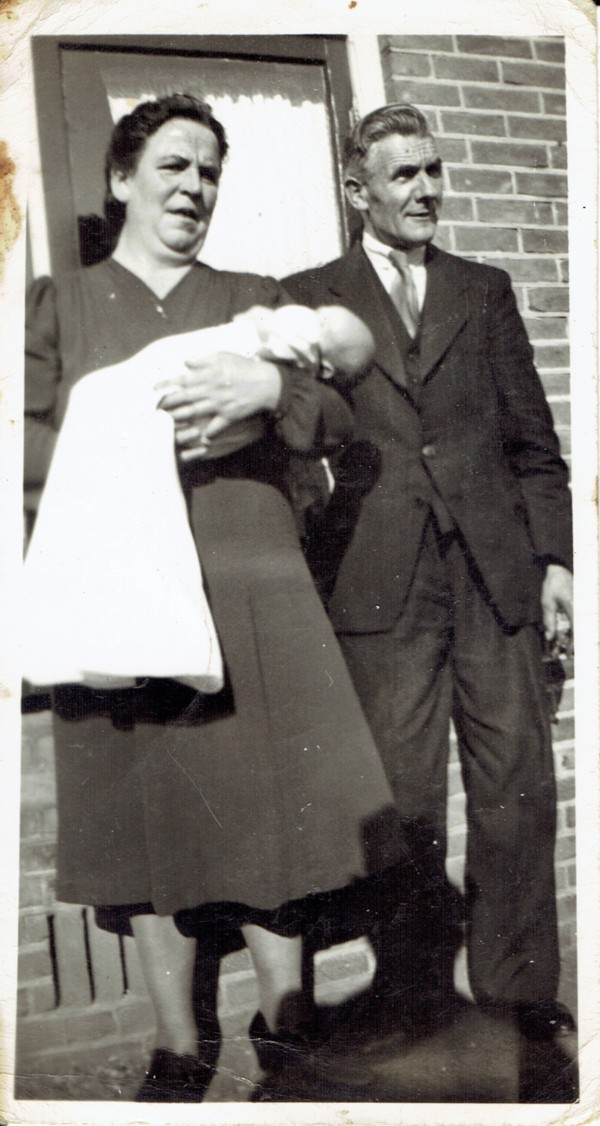 Evertje Woudenberg met kleinzoon Hendrikus van de Veen en echtgenoot Hendrikus van de Veen