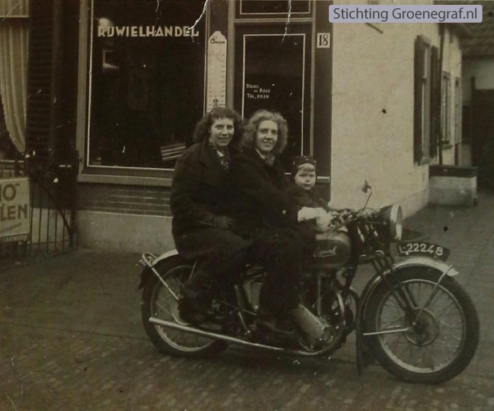 Foto  Hendrikje Bos, Riet Bos en Sonja Maria Hillegonda van Bruggen