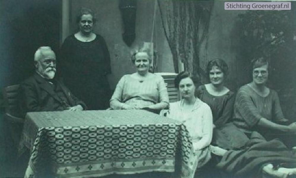 Willem Henri Julius en Maria Elisabeth Julius met vier dames