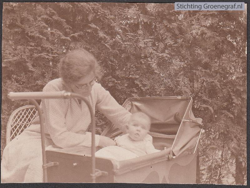 Wilhelmina Hool en dochter Hennie Onwezen