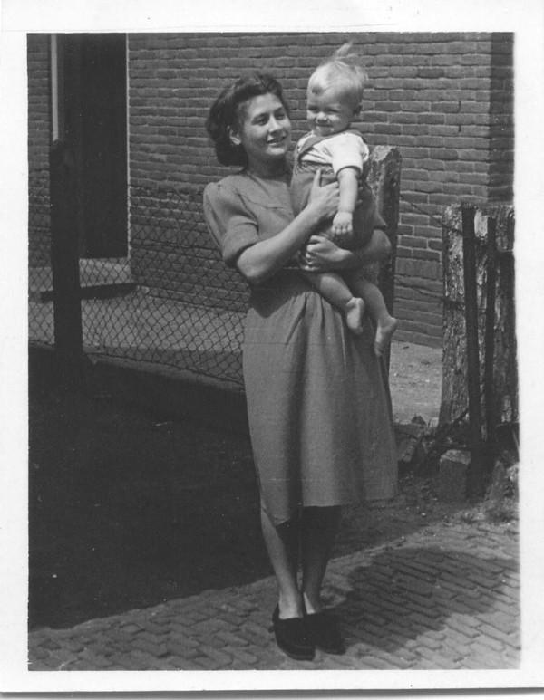 Johanna Rebekka van den Brakel, met zoon Albert van den Broek