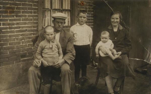 Jan van den Broek en Wilhelmina Knoppers met kinderen