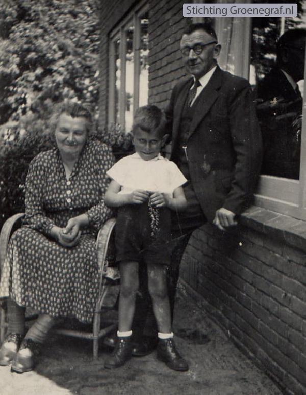 Goris Verburg met grootouders Evert Jan van der Flier en Clara de Zoete