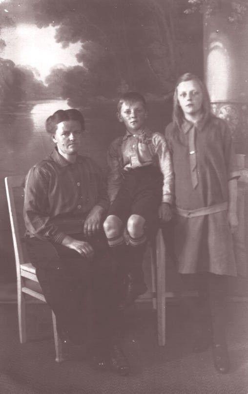 Wilhelmijntje van den Broek met haar kinderen Gerrit Hendrik en Rijkje van der Schagt
