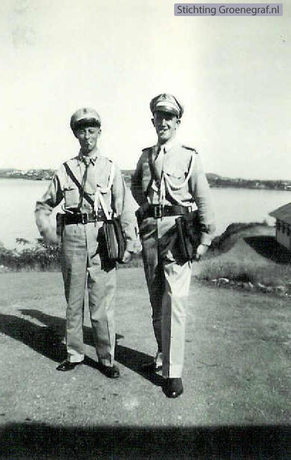 Frederik van der Flier (rechts) militair op Curacao