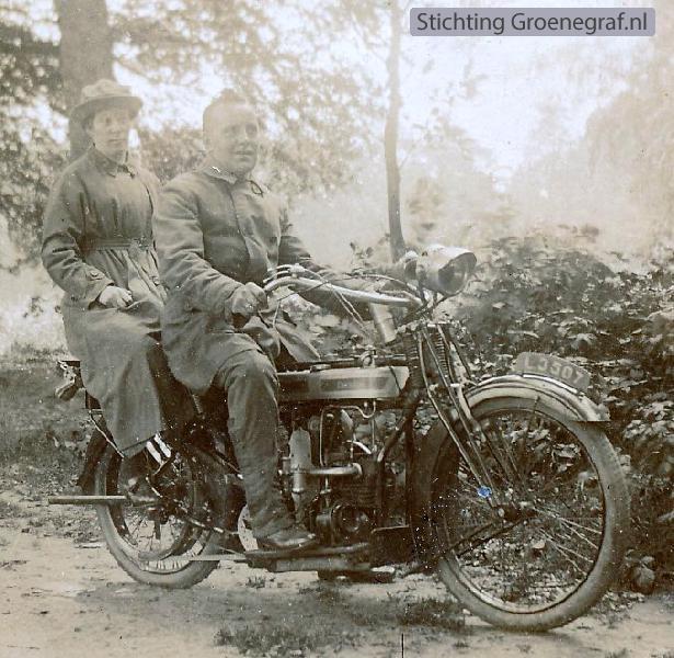 Willem Johannes Timmer en Elberdina Haks op de motorfiets