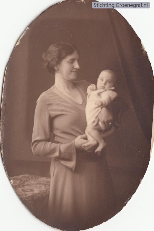 Geertje Bruidegom met één van haar kinderen