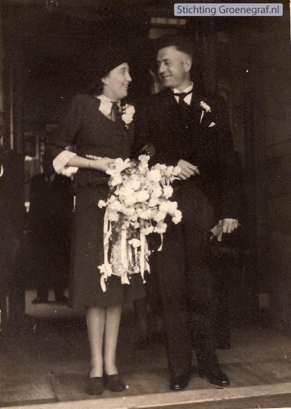 Petronella Maria van den Berg en Theodorus Velthuizen trouwfoto