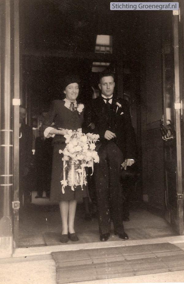 Foto  Petronella Maria van den Berg en Theodorus Velthuizen trouwfoto