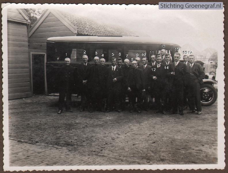 Groep heren bij autobus
