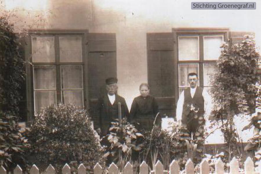 Foto  Jan Willem Klomp en Joukje Oost met oudste zoon Jacob Klomp