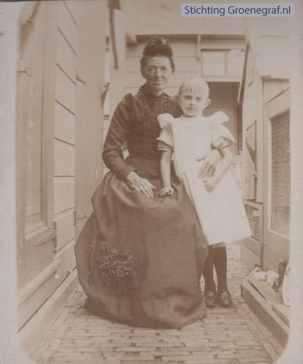 Maartje Klokman met kleindochter Maartje Dekker
