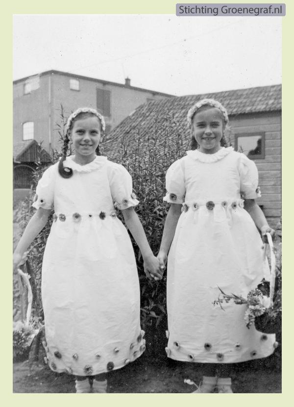 Barendina Gros en Annie Smit als bloemenmeisjes