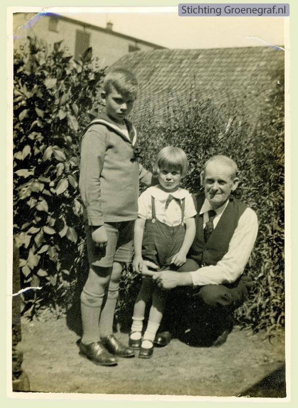 Johan Pieter Gros met 2 kleinkinderen
