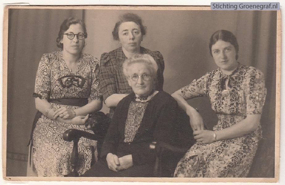 Geurtje van den Bosch met dochters Geurtje, Cornelia en Antje van de Meent