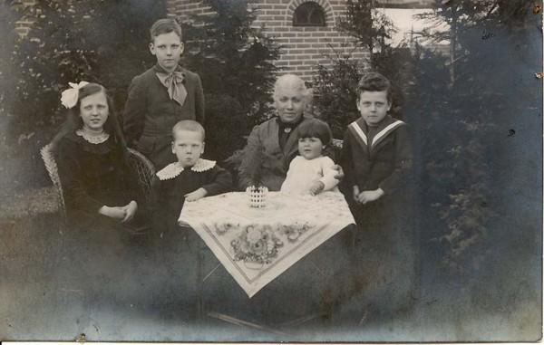 Cornelia de Kleijn met haar kleinkinderen Adri, Max, Cees, Ria en Dirk