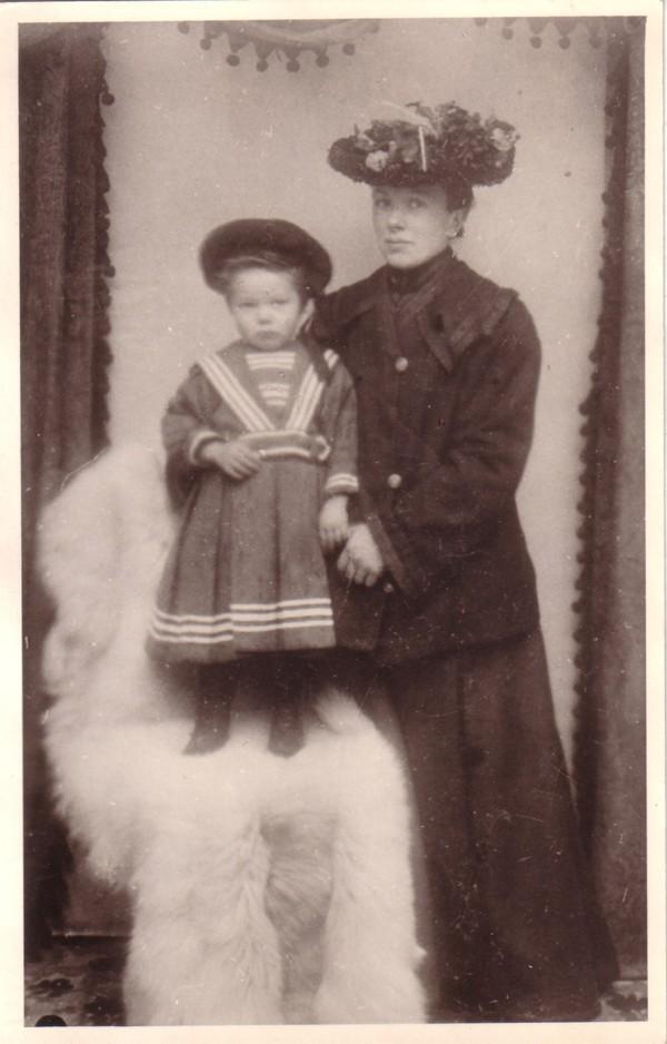 Elisabeth van der Horst en moeder Francina Maria Snijder.
