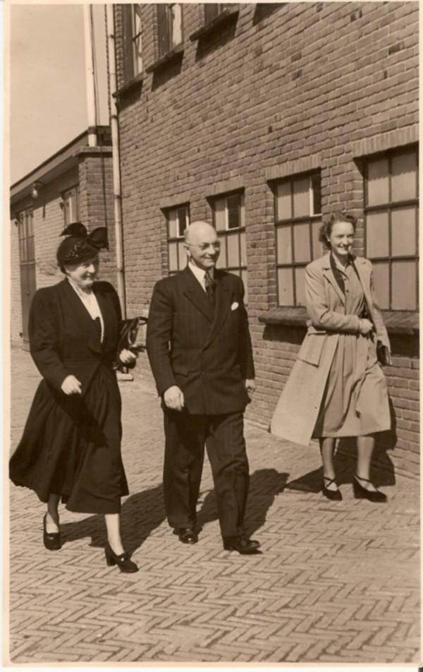 Jacomina Groeneveld en Ari Willem Ros met dochter.