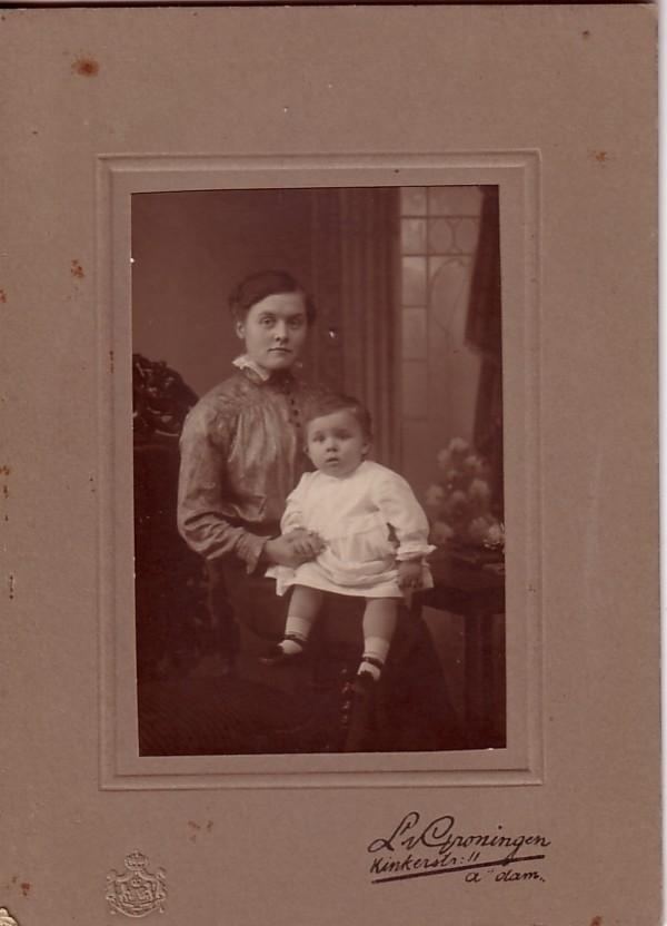 Johanna Maria van Dijk met haar neefje Alphonsus van Paridon