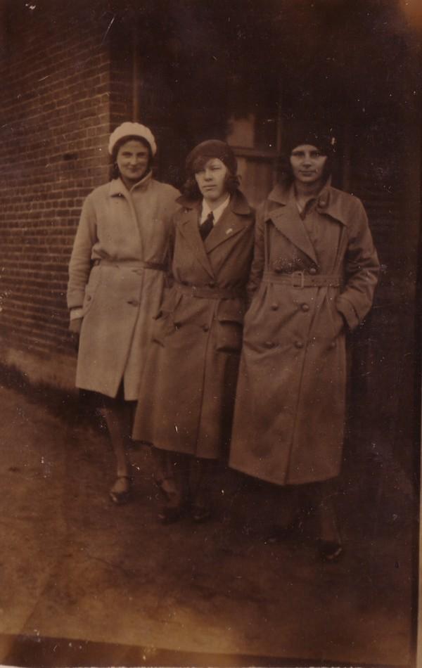 Margaretha Wiss met vriendinnen